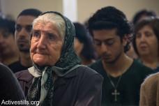 """דורות של משפחות עקורים מהכפר הפלסטיני איקרית חוגגים את חג הפסחא בכנסייה, המבנה היחידי הנותר עומד בכפר ההרוס, ה- 21 לאפריל, 2014. תושבי הכפר, פלסטינים אזרחי ישראל, גורשו ב- 1948. בניגוד להחלטת בג""""ץ אשר קבע בשנת 1951 כי הם רשאים לחזור לכפרם, נהרס הכפר כולו, למעט הכנסייה ובית הקברות, ע""""י הצבא הישראלי וחזרתם נמנעה. (אקטיבסטילס)"""