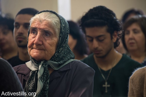 """דורות של משפחות עקורים מהכפר הפלסטיני איקרית חוגגים את חג הפסחא בכנסייה, המבנה היחידי הנותר עומד בכפר ההרוס, ה- 21 לאפריל 2014. תושבי איקרית, פלסטינים אזרחי ישראל, גורשו מכפרם בשנת 1948. בניגוד להחלטת בג""""ץ אשר קבע בשנת 1951 כי הם רשאים לחזור לכפרם, הכפר כולו, למעט הכנסייה ובית הקברות, נהרס על ידי הצבא וחזרתם נמנעה. (אקטיבסטילס)"""