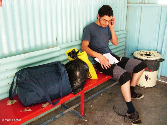 שיחה ראשונה הביתה אחרי הכליאה. אוריאל פררה ביציאה מכלא 6 צילום: יעל פררה