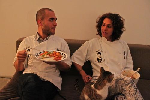צוות המטבח וחתול בהפסקה. גלריה טראפיק (כמאל רסול)