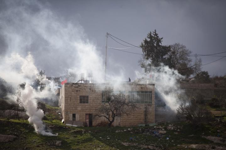 הצבא יורה גז על בתים בכפר בזמן הפגנה בנבי סלאח (צילום: אקטיבסטילס)