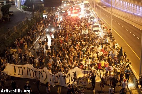 """""""התשובה להפרטה- מהפכה"""". המחאה החברתית 2011 (צילום: אקטיבסטילס)"""