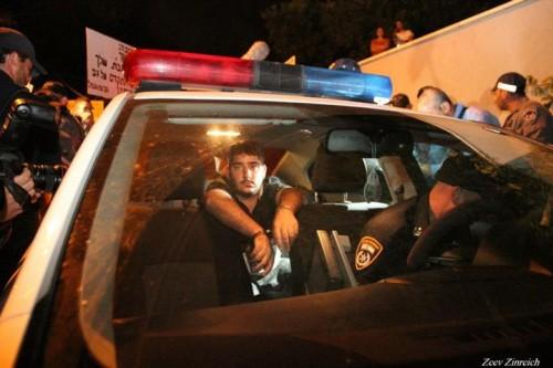 חובב נוריאל בהפגנת הגז מובל לחקירה. צילום: זאב זינרייך