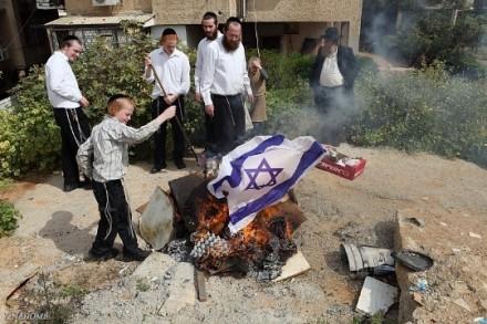 ישראל היא המשך הציונות, וציונות מנוגדת ליהדות. חרדים שורפים דגל (צילום: יעקב נחומי)