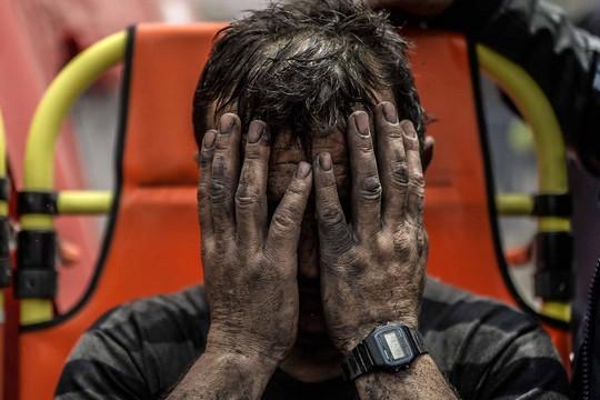 כורה ששאף גזים רעילים בנסיונות חילוץ חבריו הכורים בסומה, טורקיה. AFP PHOTO/BULENT KILIC