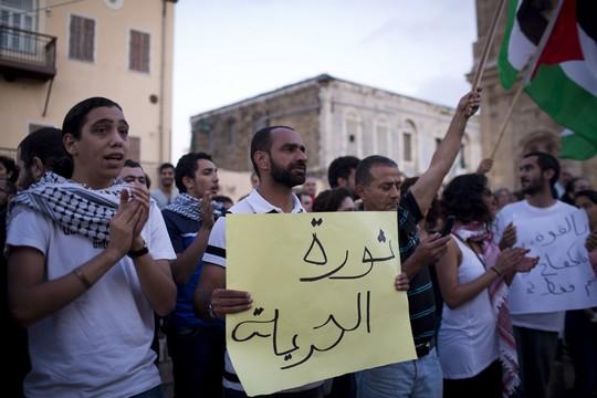 סאמר עיסאווי, ששוחרר לאחר ששבת רעב מעל שישה חודשים, בהפגנה אתמול למען אסירים שובתי רעב ביפו (צילום: אורן זיו / אקטיבסטילס)