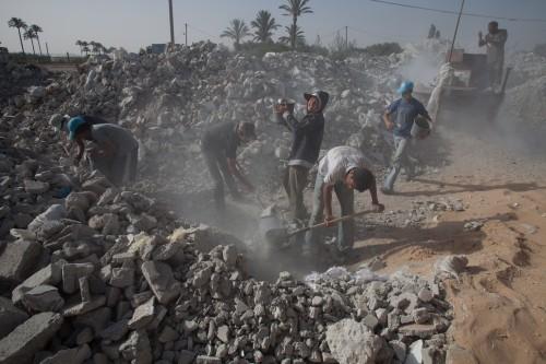 """פועלים במפעל חומרי גלם בעזה. צילום: אימאן מוחמד, עבור """"גישה"""""""