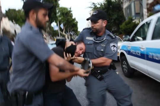 נדב פרנקוביץ' מובל באלימות לניידת המשטרה (צילום: מנחם ברגר.)