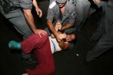 שוטרים גוררים מפגינה (צילום: אקטיבסטילס)