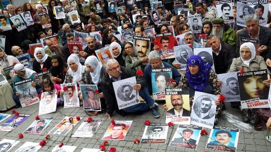 מאות גברים נחטפו בלב איסטנבול. עצרת הזיכרון (עאיישה גול אלטינאי)
