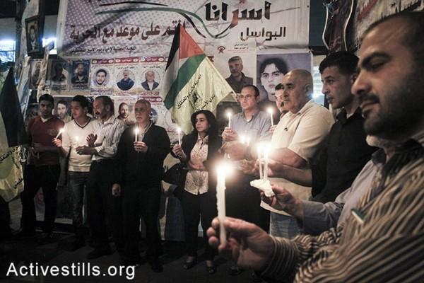 מחזיקים נרות באוהל מחאה אשר הוקם בסולידריות עם עצירים מנהליים שובתי רעב בבתי כלא ישראליים, שכם, הגדה המערבית, ה-3 למאי, 2014. (אחמד אל-באז/אקטיבסטילס)