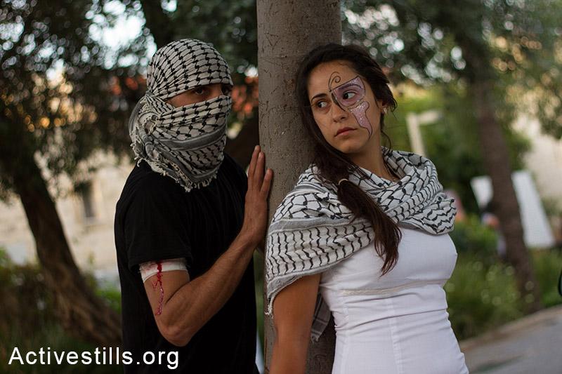מיצג של צעירים פלסטינים, במהלך אירוע נגד התוכנית לגייס נוצרים פלסטינים אזרחי ישראל לצבא, חיפה, ה-17 במאי, 2014. (עומאר סאמיר/אקטיבסטילס)