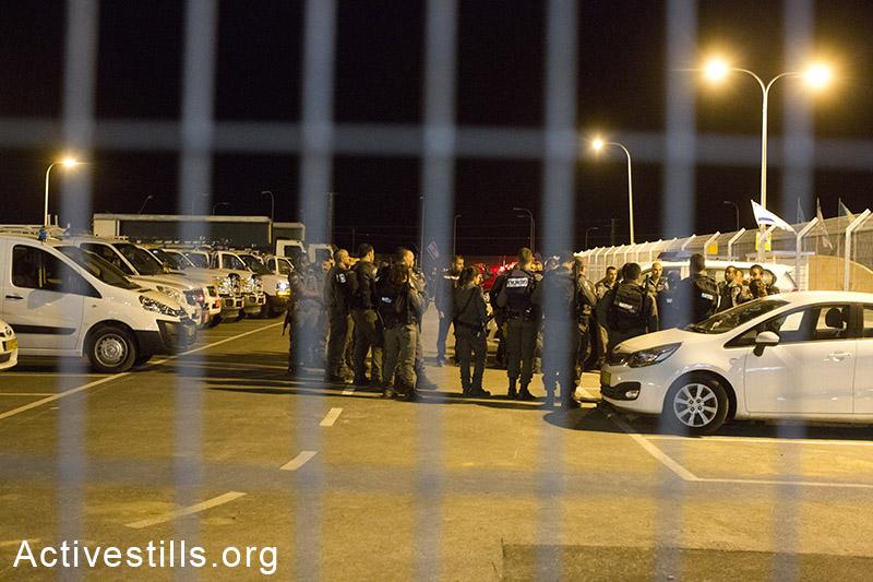 כוחות משטרה גדולים בכניסה למתקן חולות דקות לאחר הפגנה של מעל 1,000 מבקשי מקלט כלואים. ההפגנה נערכה בסולידריות עם אסירים שנאלצו לישון בחוץ בשל חוסר במיטות. ה-20 במאי, 2014. (קרן מנור/אקטיבסטילס)