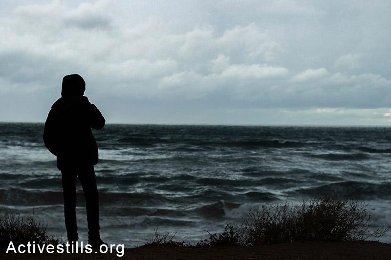 אדם מול הים ביום חורפי, חוף עזה. (באזל יאזורי/אקטיבסטילס)