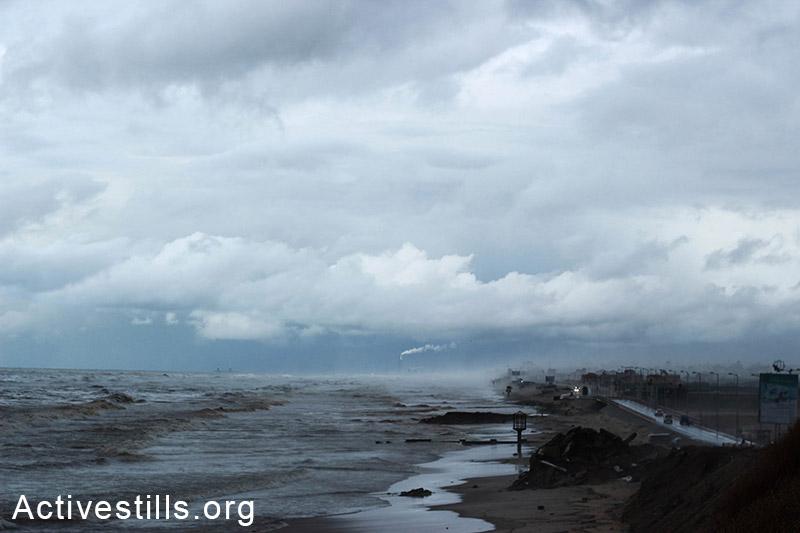 עננים תלויים מעל רצועת החוף של עזה. ברקע עשן עולה מארובות אשדוד. (באזל יאזורי/אקטיבסטילס)
