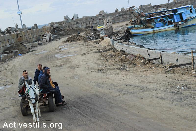 קבוצת דייגים עוברים על עגלה לאורך החוף, עזה. (באזל יאזורי/אקטיבסטילס)