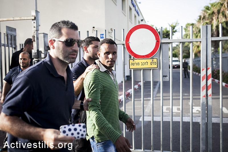 מבקש מקלט נעצר על ידי רשות ההגירה, במהלך מבצע מעצרים. דרום תל אביב, ה-21 למאי, 2014. (שירז גרינבאום/אקטיבסטילס)