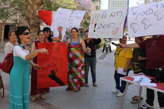 ליז זוהרי (משמאל, אוחזת מיקרופון). עודדה את הנשים לא לוותר צילום: דני בלר