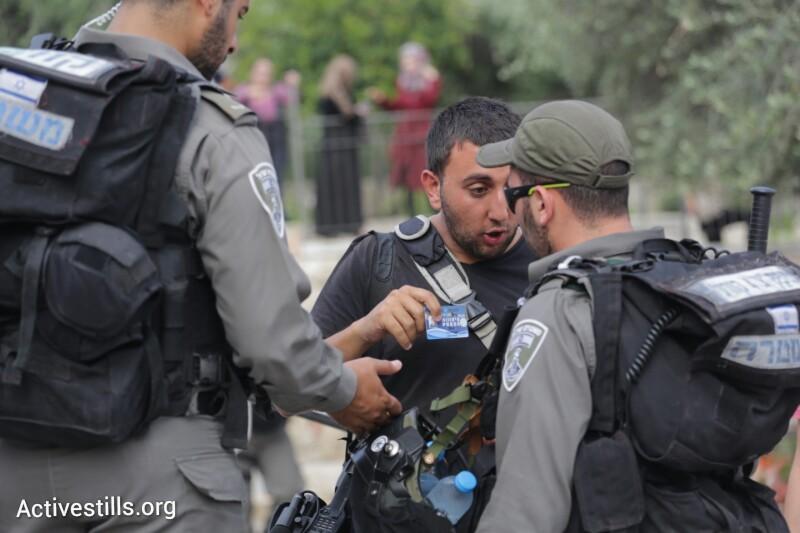 המשטרה חוסמת כניסת עיתונאים לאזור ההפגנה בשער שכם, במהלך אירועי יום ירושלים, ה-28 למאי, 2014. (אורן זיו / אקטיבסטילס)