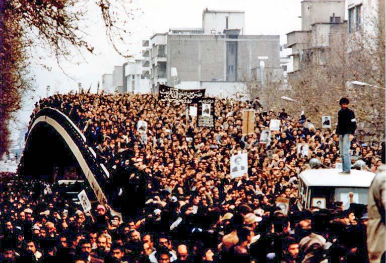 מפגינים בטהראן, מהפכת 1979 (צילום: XcepticZP CC BY-SA 3.0)