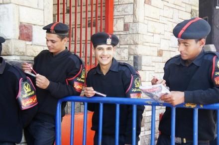חיילים מצרים בקלפי, היום (Zeinab Mohamed CC BY-NC-SA 2.0 )