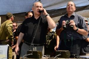 """ראש הממשלה בנימין נתניהו ושר הביטחון משה יעלון בתרגיל צבאי (צילום: קובי גדעון / לע""""מ)"""