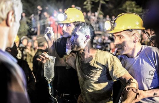 כורה שחולץ מהמכרה נתמך בידי חבריו AFP PHOTO/BULENT KILIC