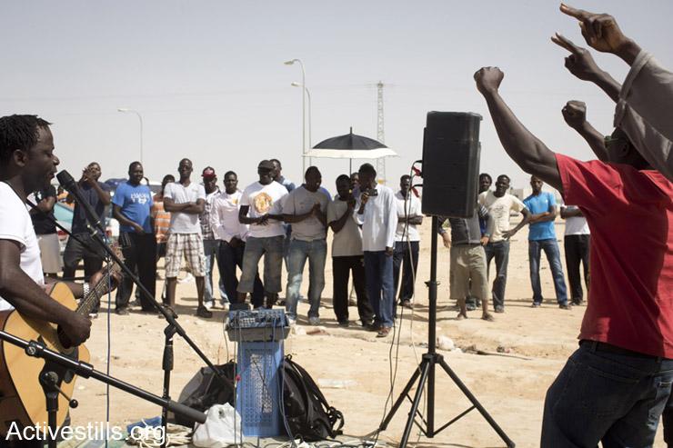 מבקשי מקלט רוקדים במהלך ביקור סולידריות מול מתקן הכליאה חולות, ה- 3 למאי, 2014. (אקטיבסטילס)