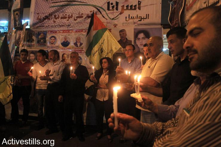 פלסטינים מחזיקים נרות במהלך ארוע תמיכה באסירים הפלסטינים השובתים רעב בבתי הכלא הישראלים, שכם, ה- 3 למאי, 2014. (אקטיבסטילס)