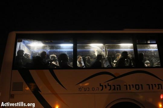 מבקשי מקלט עצורים מפונים באוטובוס (צילום: אורן זיו/אקטיבסטילס)
