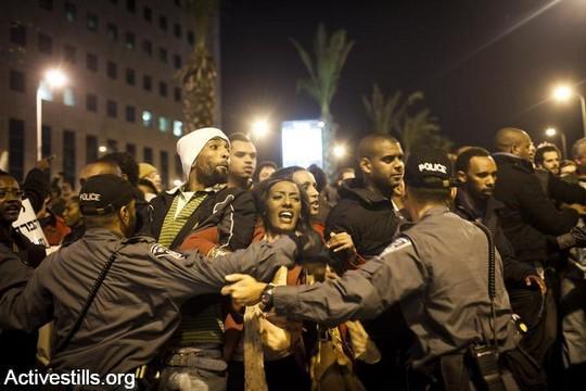 שוטרים בהפגנה של יוצאי אתיופיה נגד אפליה ואלימות משטרתית (אקטיבסטילס)