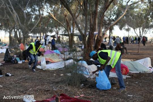 מקפידים להשאיר את הסביבה נקייה. בוקר יום ראשון במאהל המחאה של מבקשי המקלט ביער ניצנה (אורן זיו / אקטיבסטילס)
