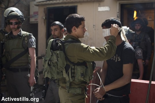 חיילים עוצרים פלסטינים בחברון (אקטיבסטילס)