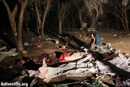 בתום הפינוי, רק החפצים של מבקשי המקלט נותרו עזובים מאחור (צילום: אורן זיו/אקטיבסטילס)