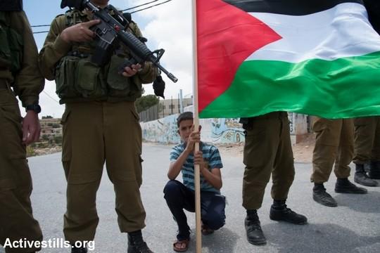פלסטינים התעמתו עם חיילים במהלך ההפגנה השבועית בכפר אל-מעסרה. תושבי הכפר מפגינים נגד הכוונה לבנות את גדר ההפרדה על אדמתם באופן שיוביל לניתוק מאדמותיהם החקלאיות (צילום: אקטיבסטילס)
