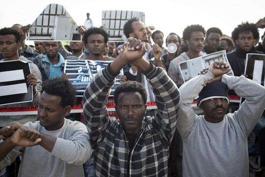 מבקשי מקלט בהפגנה במתקן חולות (צילום: אקטיבסטילס)