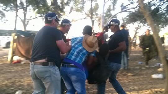 השוטרים החלו בפינוי הפליטים (צילום: מיכל רותם)