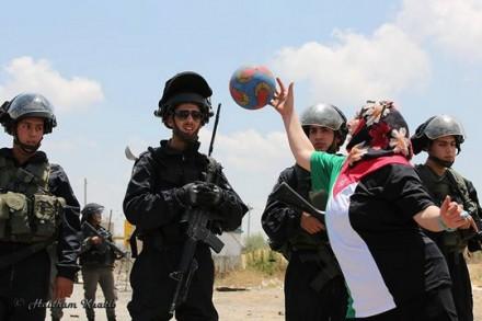 מפגינת כדורגל וחיילים בכלא עופר (הייתאם אל-חטיב)