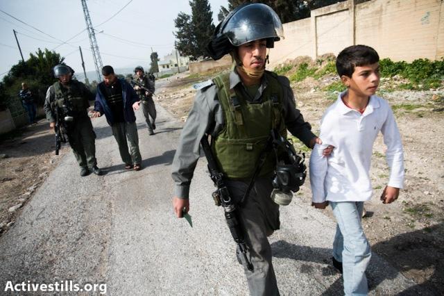 ילד פלסטיני נלקח למעצר (צילום: אקטיבסטילס)