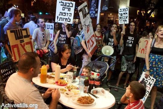 הפגנה נגד אכילת בשר חולפת ליד מקדונלדס, תל אביב, 2008 (קרן מנור / אקטיבסטילס)