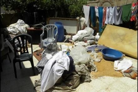 חיפוש בבית בכפר ג'ינס א-פוט. החיילים שפכו את תכולת הארונות על הרצפה, שברו אריחי שיש, שפכו שקי תבואה, וגרמו נזק רב. (צילום: נירית חביב)
