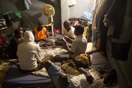 פליטים מצטופפים במקלט בדרום תל אביב (צילום: אקטיבסטילס)
