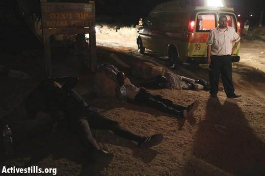 פצועים ממתינים ליד אמבולנס ((צילום: אורן זיו/אקטיבסטילס)
