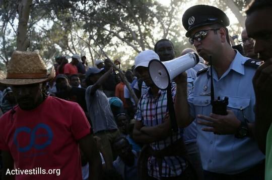שוטרים במאהל המחאה (צילום: אורן זיו / אקטיבסטילס)