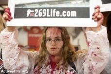 פעילות זכויות בעלי חיים שפכו צבע אדום-דם בחנות המפעל של זוגלובק בנהריה. נובמבר 2013 (אורן זיו / אקטיבסטילס)