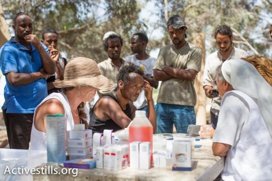 צוות רופאים לזכויות אדם במרפאה ניידת שהוקמה במחנה המחאה (יותם רונן / אקטיבסטילס)