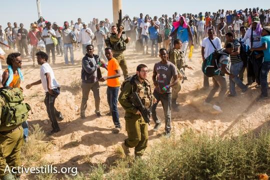 חיילים עוצרים את מבקשי המקלט ליד גבול מצרים (יותם רונן / אקטיבסטילס)