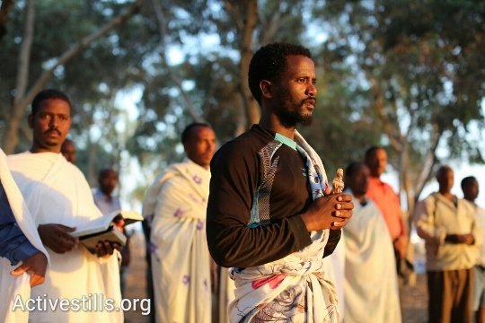 אריתראים בתפילת בוקר ביער ניצנה (יותם רונן / אקטיבסטילס)