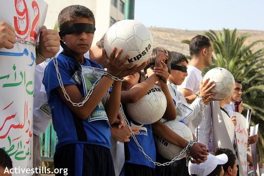 הפגנת תמיכה בכדורגלן מחמוד אל-סרסק, שהיה כלוא שלוש שנים במעצר מנהלי, שכם 2012 (אחמד אל באז / אקטיבסטילס)