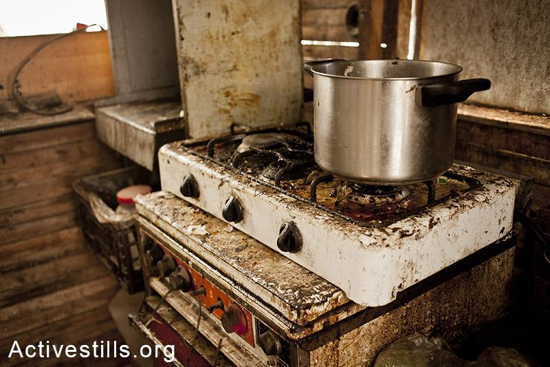 מושב אחיטוב, יולי 2013. מטבח במגורים של עובדי חקלאות. (שירז גרינבאום/אקטיבסטילס)